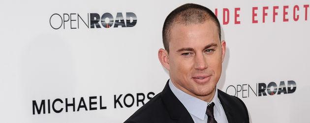 Channing Tatum mit raspelkurzen Haaren auf dem Red Carpet