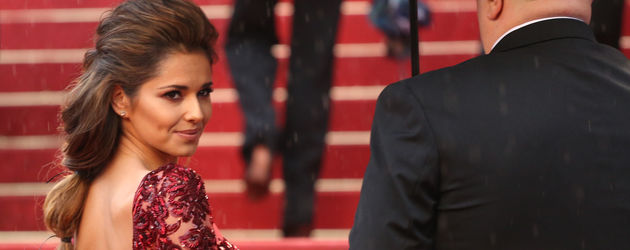 Cheryl Cole im dunkelroten Spitzendress blickt zurück