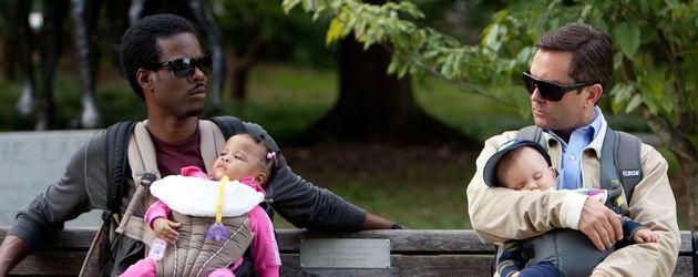 Chris Rock und Thomas Lennon mit Babys auf der Parkbank