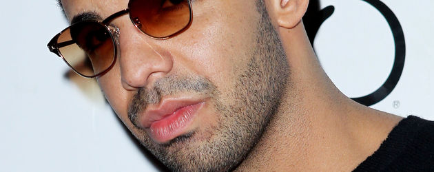 Drake in einem schwarzen Outfit mit Sonnenbrille