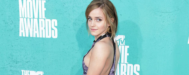 Emma von hinten auf dem Teppich