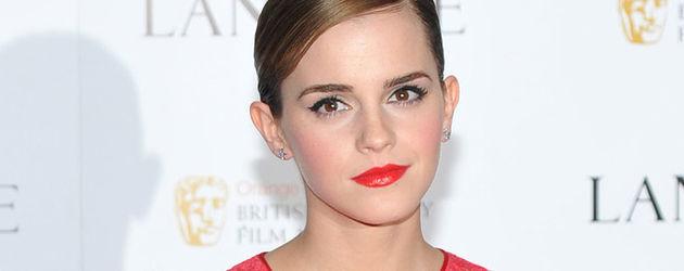 Emma Watson schön geschminkt mit gegeelten Haaren