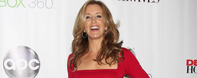 Felicity Huffman lacht ausgelassen in Rot auf rotem Teppich