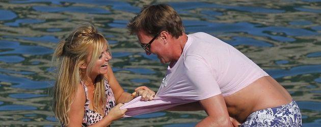 Geri Halliwell rangelt mit ihrem Liebsten am Wasser