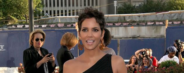 "Halle Berry in einem schwarzen ""Cut-Out""-Dress"