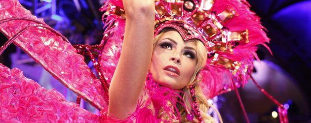 Jana Julie Kilka im Schmetterlingskleid mit pinkem Helm