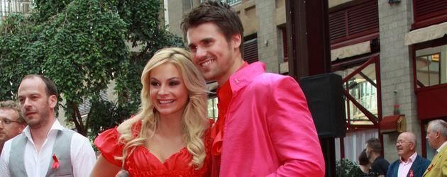 Jana Julie Kilka und Thore Schölermann ganz in Pink auf der Aids-Gala