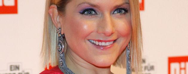 Jeanette Biedermann in einem pinken Kleid