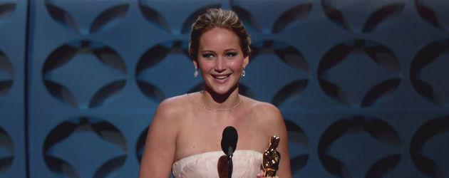 Jennifer Lawrence hält ihren Oscar fest