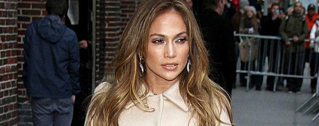 Jennifer Lopez mit einem Mantel in Nude
