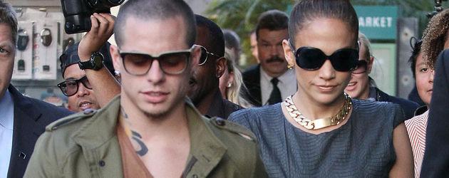 Jennifer Lopez und ihr Freund Casper halten Händchen