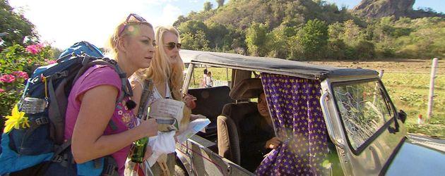 Jenny Elvers und Mirja Dumont steigen ins Auto