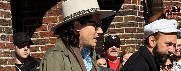 John Mayer mit grüner Jacke und Hut