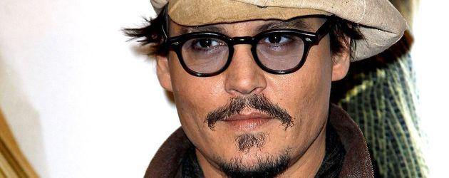 Johnny Depp mit Hut, Brille, Tuch und Hosenträgern