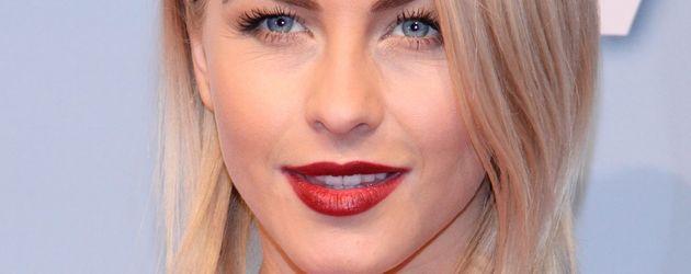 Julianne Hough mit roten Lippen