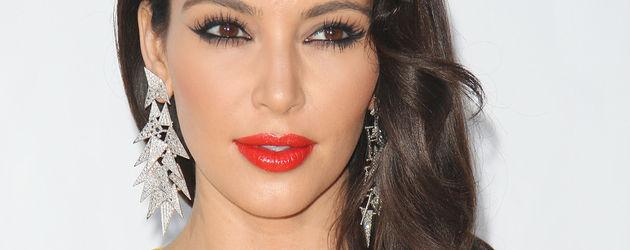 Kim Kardashian im sonnengelben Kleid und roten Lippen