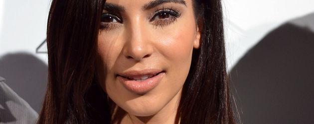 Kim Kardashian im weißen hautengen KLeid