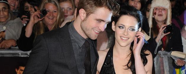 Kristen Stewart und Robert Pattinson haben Spaß auf dem roten Teppich
