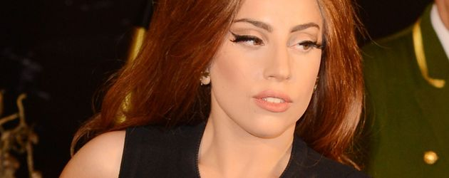 Lady GaGa schick in einem schwarzen Kleid