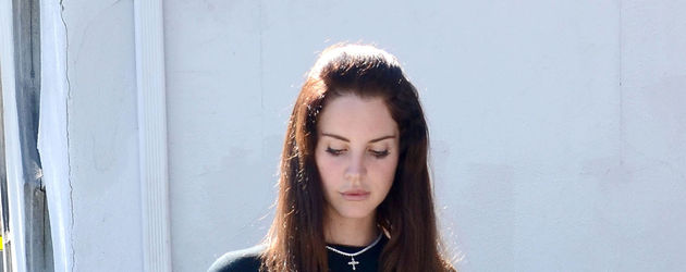 Lana Del Rey sieht zu Boden