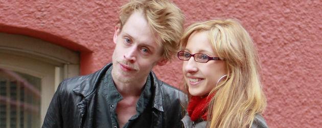 Macaulay Culkin lässt sich mit einem Fan fotografieren