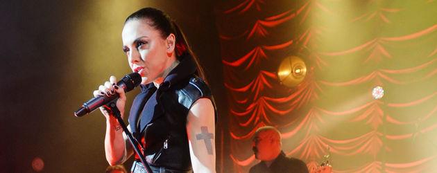 Melanie C singt mit Mikro-Ständer in der Hand