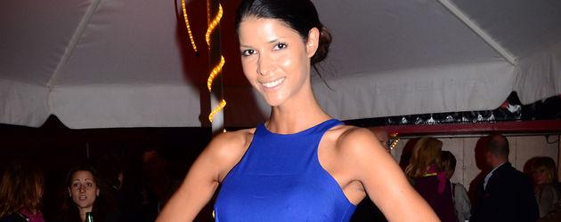 Micaela Schäfer in einem blauen Kleid