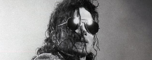 Michael Jackson in schwarz-weiß beim Auftritt