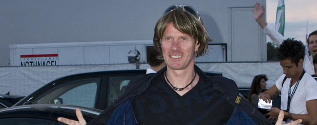 Mickie Krause posiert breitbeinig