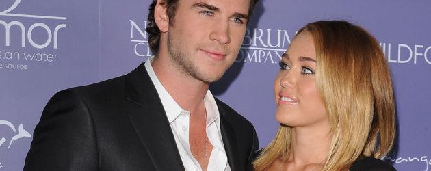 Miley Cyrus im BH-Kleid mit Liam