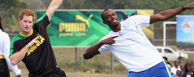 Prinz Harry dehnt sich mit Usain Bolt