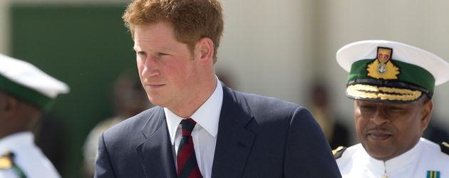 Prinz Harry mit dunklem Anzug und rot-blauer Krawatte