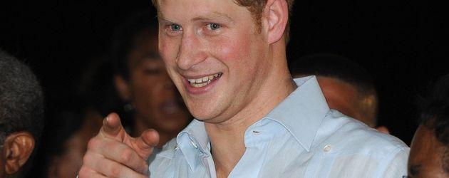 Prinz Harry zeigt auf den Alkohol