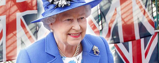 Queen Elizabeth II vor britischen Flaggen