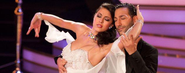 Rebecca Mir im weißen Kleid zusammen mit Massimo