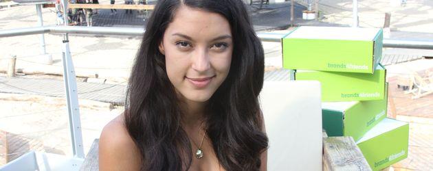 Rebecca Mir in einem grünen Kleid