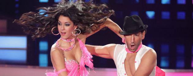 Rebecca Mir in pinkem Tanzkleid mit Massimo