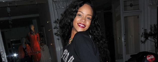 Rihanna aus einer türkisen Vespa