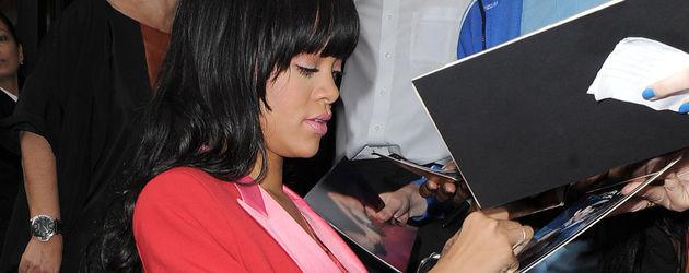 Rihanna im knallroten Anzug