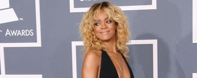 Rihanna in einem schwarzen Kleid von Giorgio Armani