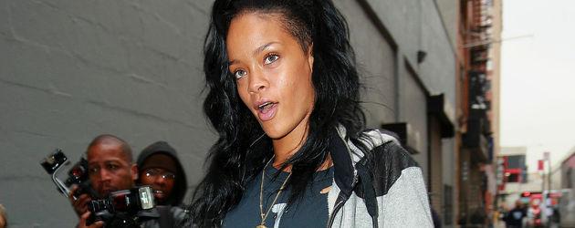 Rihanna in einer löchrigen Hose