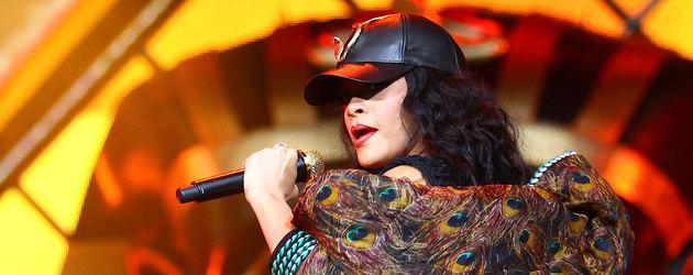Rihanna in Schwarz auf der Bühne
