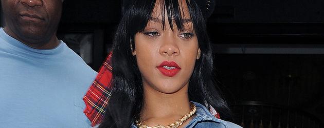 Rihanna mit Nieten-Cap und roten Lippen