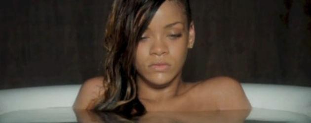 Rihanna sitzt in einer Badewanne