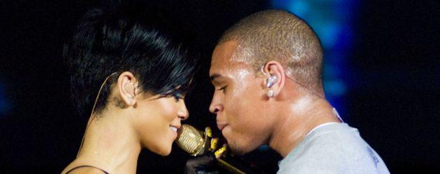 Rihanna und Chris Brown schauen sich auf der Bühne an