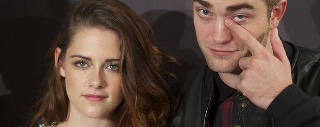 Robert kratzt sich am Auge, Kristen schaut mal wieder skeptisch