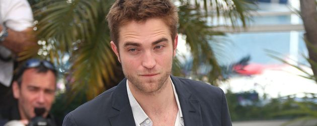 Robert Pattinson hat die Hände in der Hosentasche