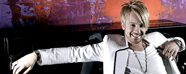 Ross Antony lehnt am Klavier