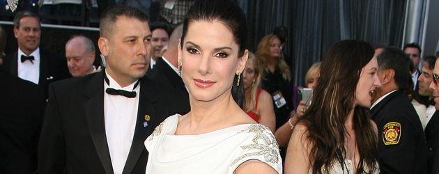 Sandra Bullock im schwarz-weißen Kleid