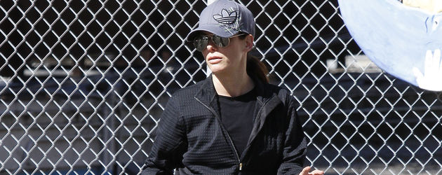 Sandra Bullock in Trainings-Klamotten und Sonnenbrille